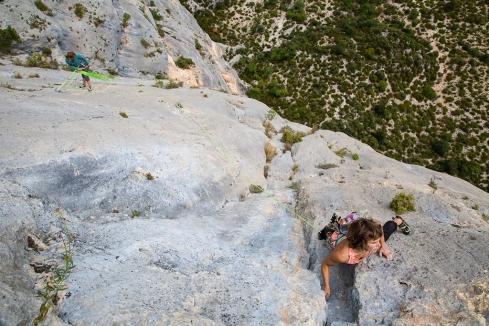 Katie climbs through a long traversing pitch midway up Pichenibule.