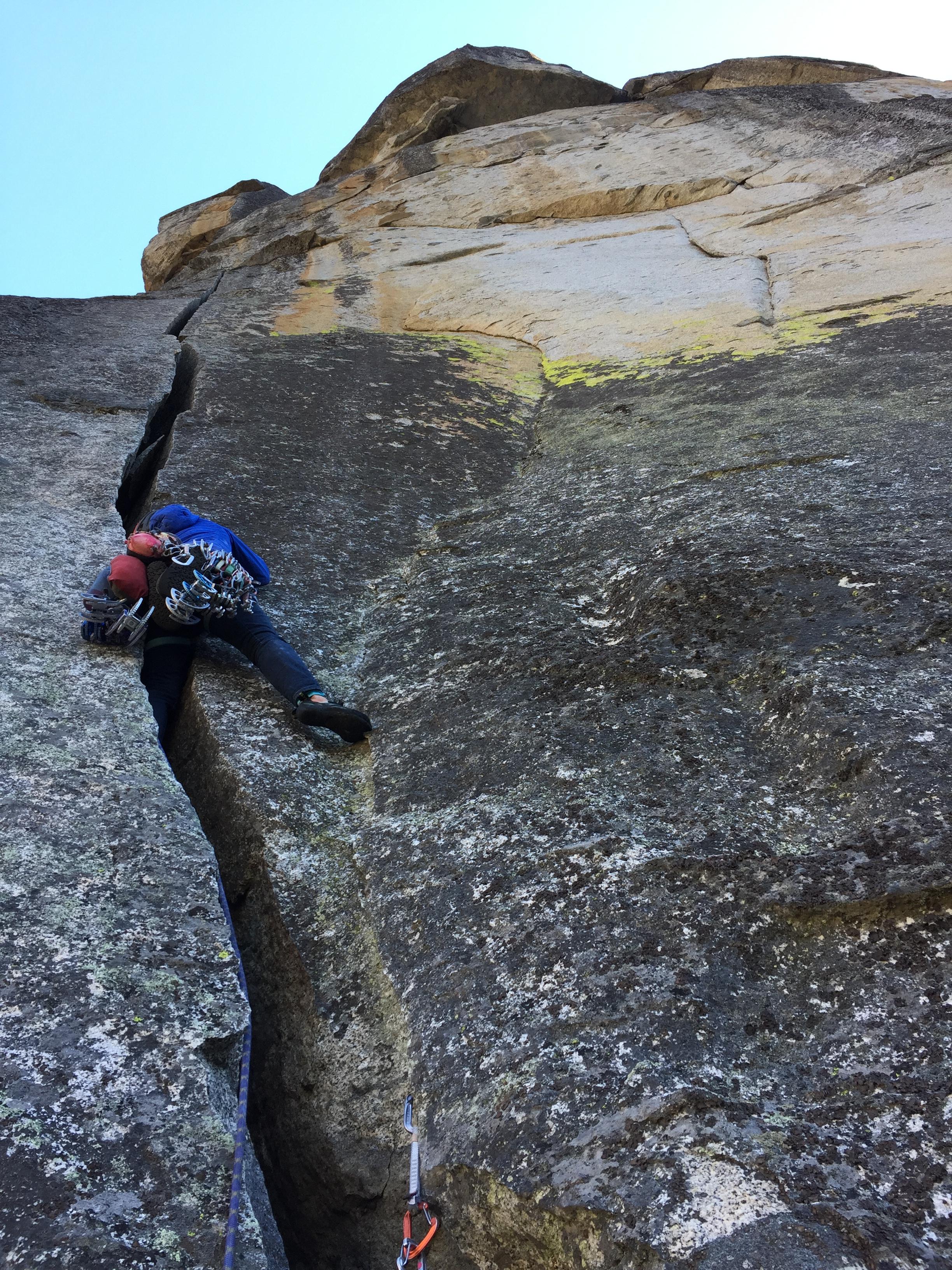Katie-Lambert-Offwidth-Climbing-Yosemite-California-Mammut